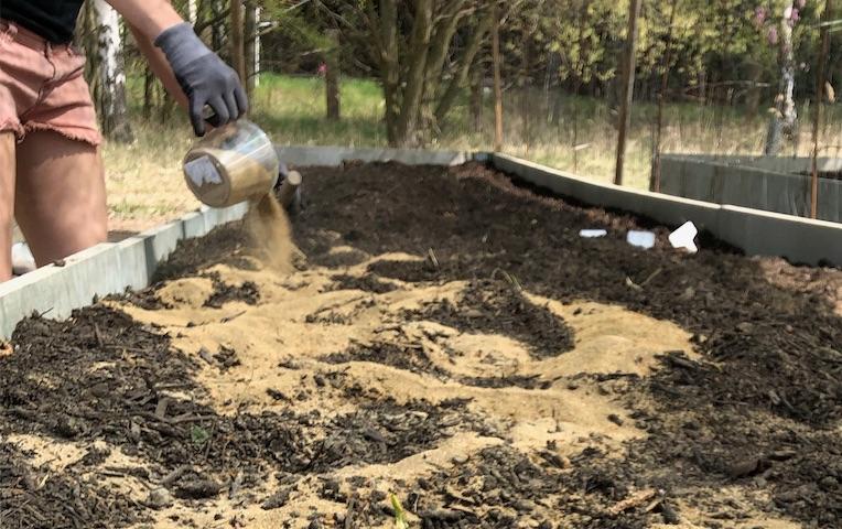 Hnojík hnojení posypem